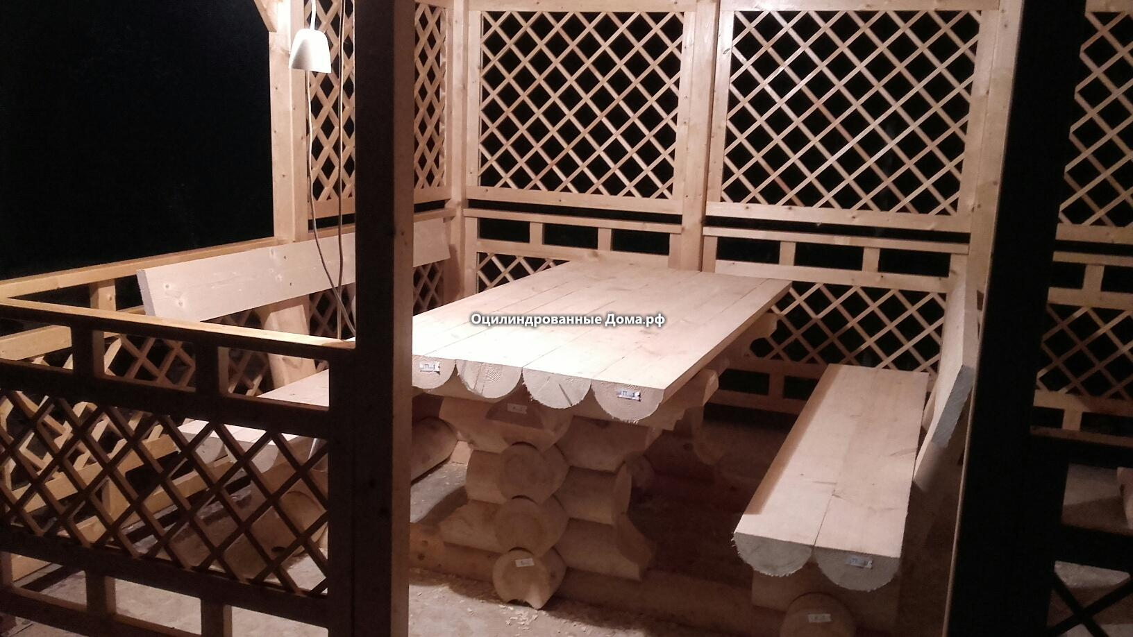 фото стола со скамейками  из бревна